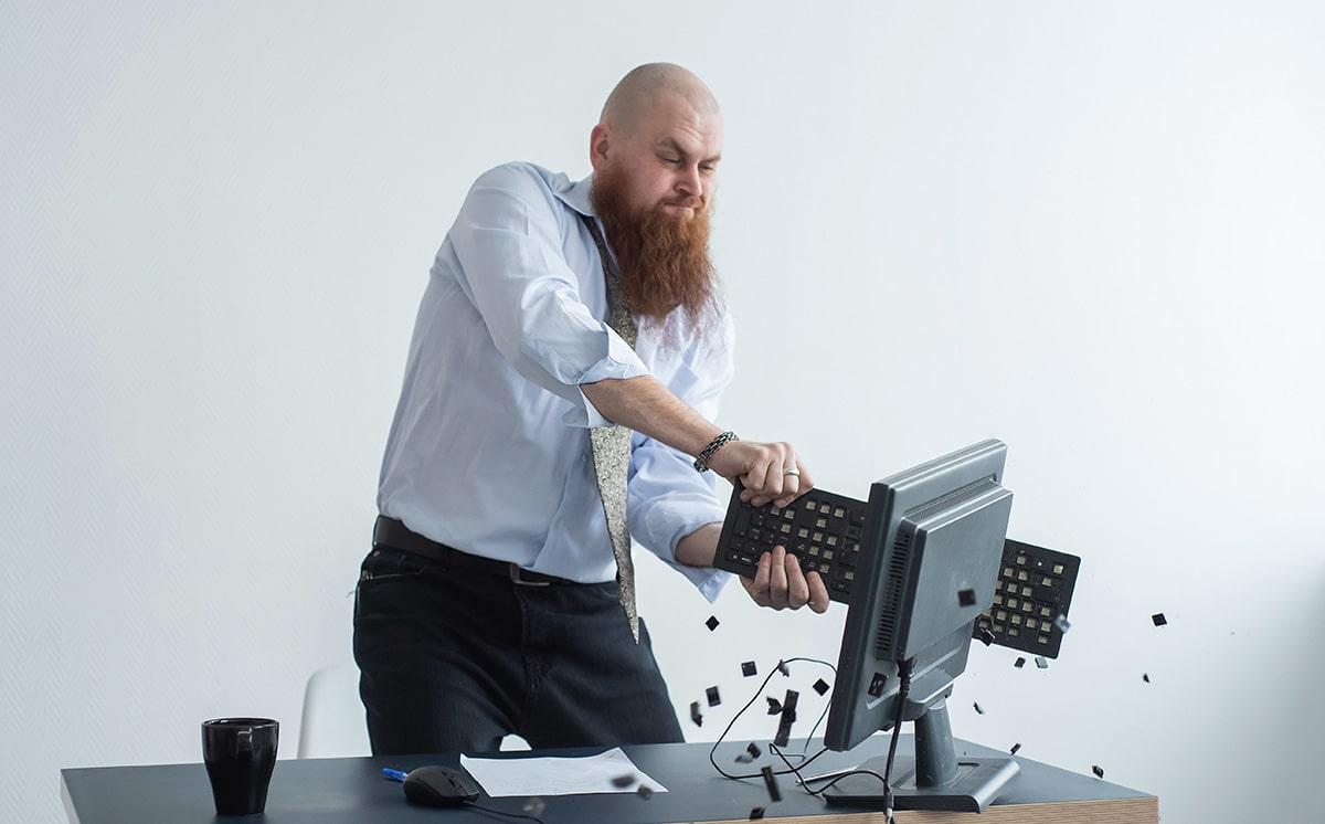 パソコンを壊しているイメージ